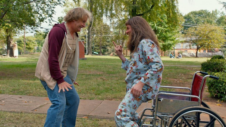 Lloyd (Jim Carrey) narrer Harry (Jeff Daniels) med rullestol i Dum og dummere To (Foto: SME / SF Norge AS).