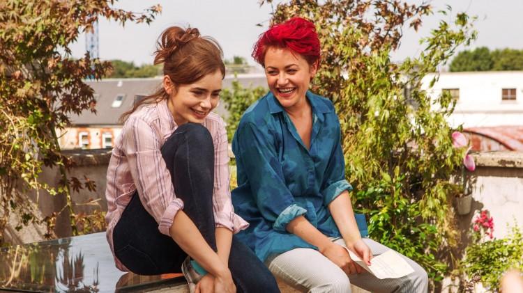 Rosie (Lily Collins) med venninna Ruby (Jaime Winstone) i Love, Rosie (Foto: SF Norge AS).