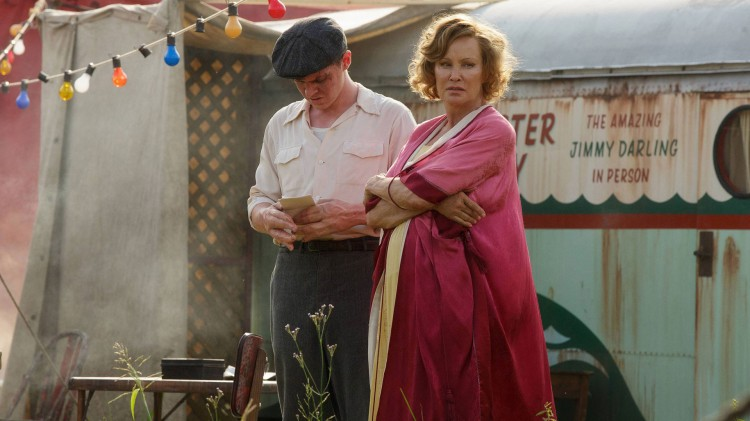 Evan Peters, som Jimmy Darling, hvis største ønske er å ha normale hender., og Jessica Lange som Fräulein Elsa. (Foto: FOX).