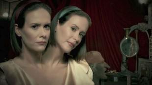 Sarah Paulson som Dot og Bette i American Horror Story: Freak Show. (Foto: FOX).