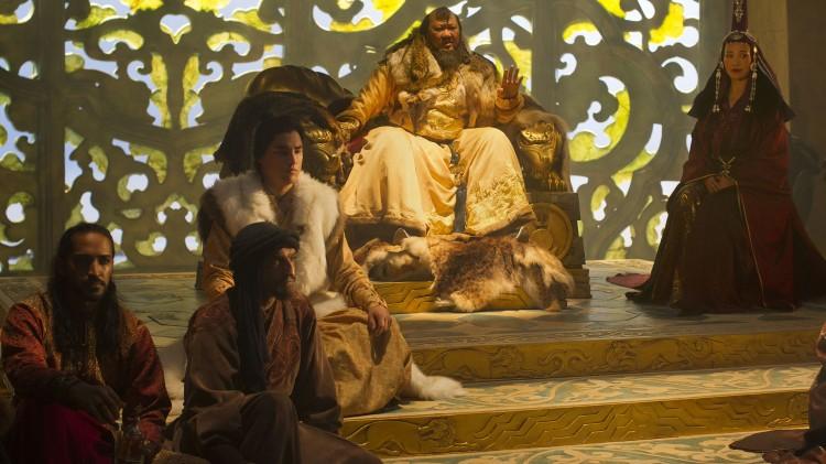 Skuespillerne Mahesh Jadu, Amr Waked, Remy Hii, Benedict Wong og Joan Chen i en scene i tronsalen til Kublai Khan. (Foto: Netflix)