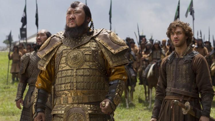 Benedict Wong og Lorenzo Richelmy  som Kublai Khan og Marco Polo. (Foto: Netflix).