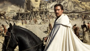 Christian Bale omgitt av imponerende omgivelser i Exodus: Gods and Kings (Foto: 20th Century Fox).