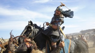 Moses (Christian Bale) utkjemper et hardt slag i Exodus: Gods and Kings (Foto: 20th Century Fox).