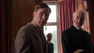 Benedict Cumberbatch og Charles Dance med Mark Strong i bakgrunnen i The Imitation Game (Foto: SF Norge AS).