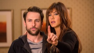 Charlie Day og Jennifer Aniston i Horrible Bosses 2. (Foto: Warner Bros. Pictures/ SF Norge).