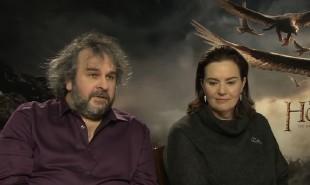 Regissør Peter Jackson og produsent Fran Walsh møtte pressen før premieren på «Hobbiten: Femhærerslaget». (Foto: NRK)