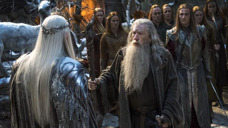 Ulike krefter kjemper om skattene i Erebor. Gandalv (Ian McKellen) møter Thranduil (Lee Pace) i en scene fra «Hobbiten: Femhærerslaget». (Foto: SF Norge)