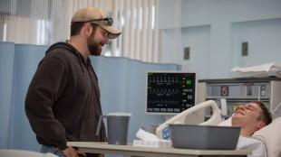 Chris Kyle (Bradley Cooper) besøker skadet soldatkollega i American Sniper (Foto: SF Norge AS).
