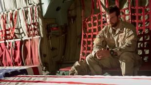 Chris Kyle (Bradley Cooper) i lastefly med flaggdraperte kister i American Sniper (Foto: SF Norge AS).