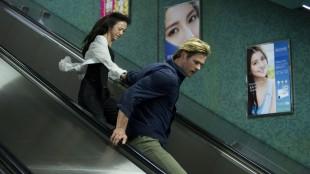 Chris Hemsworth og Wei Tang flykter til undergrunnsbanen i Blackhat (Foto: United International Pictures).