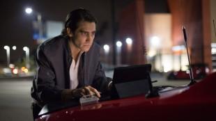 Louis (Jake Gyllenhaal) redigerer nytt opptak i Nightcrawler (Foto: SF Norge AS).