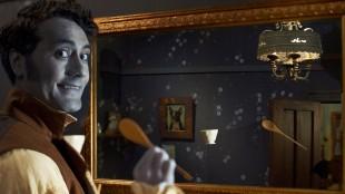 Viago (Taika Waititi) viser hvordan vampyrer ikke avgir refleksjon i speil i What We Do In The Shadows (Foto: Another World Entertainment Norway AS).