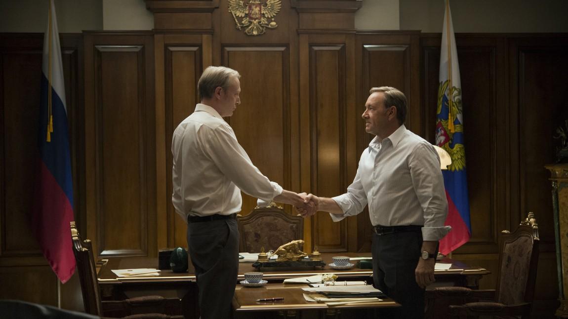 Den russiske presidenten Viktor Petrov (Lars Mikkelsen) blir en sentral figur som Frank Underwood (Kevin Spacey) må tilbringe en god del tid sammen med. (Foto: Netflix).