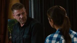 Stinger (Sean Bean) og Jupiter Jones (Mila Kunis) i Jupiter Ascending (Foto: Warner Bros. Pictures/ SF Norge).