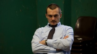 Rupert Friend spiller uredd terapeut i Starred Up (Foto: Warner Bros. Entertainment).