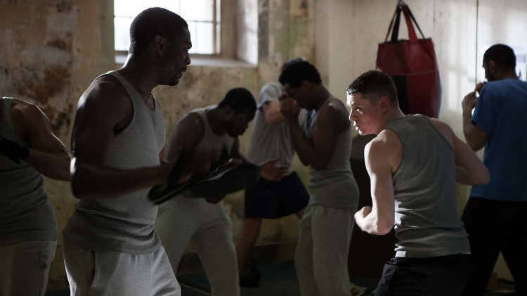 Eric (Jack O'Connell) får boksetrening i Starred Up (Foto: Warner Bros. Entertainment).