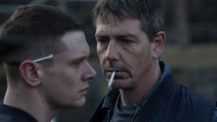 Eric (Jack O'Connell) møter faren Neville (Ben Mendelsohn) i fengselet i Starred Up (Foto: Warner Bros. Entertainment).