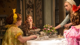 Holliday Grainger (t.v.), Cate Blanchett, Lily James og Sophie McShera i Eventyret om Askepott (Foto: © 2014 Disney Enterprises, Inc. All Rights Reserved).
