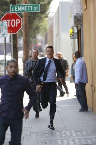 FBI-agent Milton Chamberlain (Josh Duhamel) og politietterforsker Russ Agnew (Dean Winters) på jakt etter en av Battle Creeks småkjeltringer. (Foto: Sony Pictures Television)