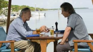 Far ( Sam Shepard) og eldstesønn (Ben Mendelsohn) Rayburn i et tilsynelatende idyllisk øyeblikk. (Foto: Netflix)