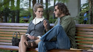 Reese Witherspoon spiller en liten rolle mot Joaquin Phoenix i Inherent Vice (Foto: SF Norge AS/Warner).