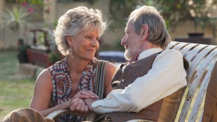 Carol (Diana Hardcastle) og Norman (Ronald Pickup) i The Second Best Exotic Marigold Hotel (Foto: 20th Century Fox).