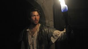 Nicodemus (Jakob Oftebro) bærer fakkel i farlig hule i Skammerens datter (Foto: Nepenthe Film).