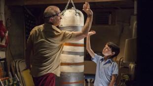 Vincent (Bill Murray) lærer bort skitne boksetriks til Oliver (Jaeden Lieberher). (Foto: Norsk Filmdistribusjon)