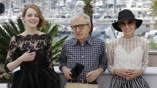 Skuespiller Emma Stone, regissør Woody Allen og skuespiller Parker Posey er i Cannes med Irrational Man (Foto: AP Photo/Lionel Cironneau).