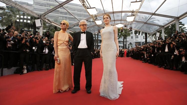 Parker Posey, Woody Allen og Emma Stone på den røde løperen i Cannes (Foto: AFP PHOTO / VALERY HACHE).