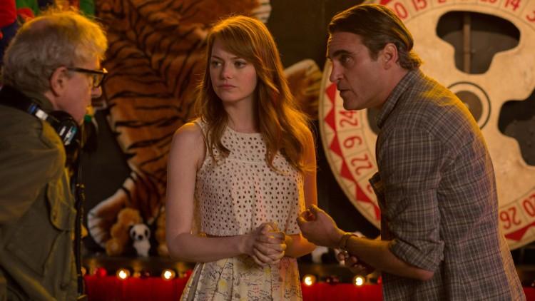 Emma Stone og Joaquin Phoenix blir instruert av Woody Allens under innspillingen av Irrational Man (Foto: Festival de Cannes).