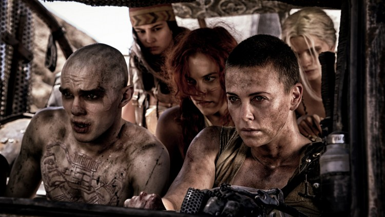 Nux (Nicholas Hoult) og Furiosa (Charlize Theron) forener krefter i Mad Max: Fury Road (Foto: SF Norge AS).