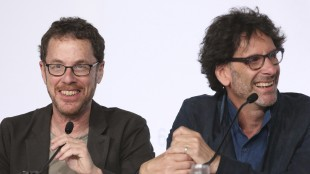 Ethan Coen og Joel Coen ler under hovedjuryens pressekonferanse i Cannes (Foto: AP Photo/Thibault Camus).