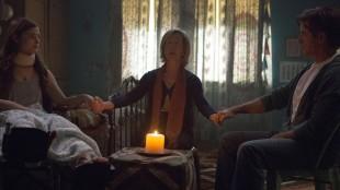 Elise (Lin Shaye) starter en seanse med Quinn (Stefanie Scott) og Sean (Dermot Mulroney) i Insidious 3 (Foto: United International Pictures).