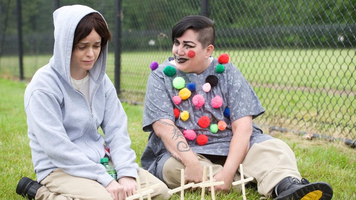 En uventet antydning til vennskap oppstår mellom lesbiske Boo (Lea DeLaria) og kristenkonservative Pennsatucky Doggett (Taryn Manning). (Foto: JoJo Whilden/Netflix)
