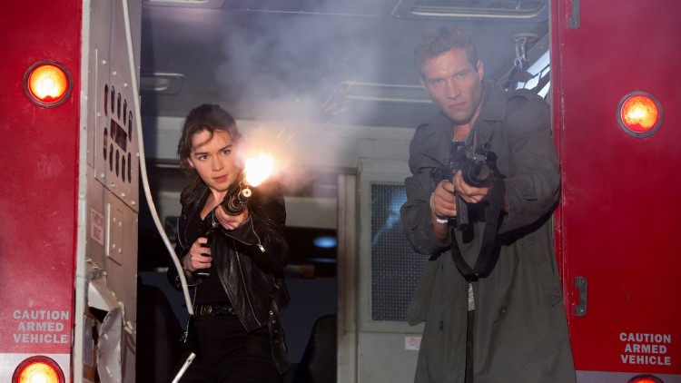 Emilia Clarke og Jai Courtney fyrer løs i Terminator Genisys (Foto: United International Pictures).