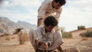 Theeb (Jacir Eid) henter vann fra en kilde sammen med broren Hussein (Hussein Salameh) i Theeb - Ulven (Foto: AS Fidalgo).