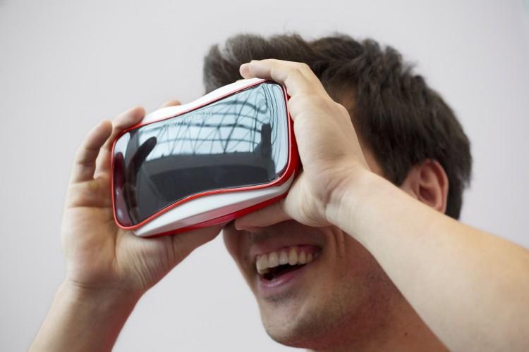 ViewMaster anno 2015. Den nye ViewMaster-modellen er et samarbeid mellom Google og Matell. (Foto: NTB, Scanpix)