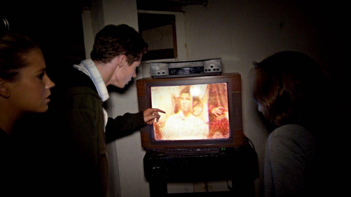 Antikvitet: Reese og vennegjengen oppdager en funksjonell vintage-TV i teaterkjelleren. (Foto: SF Film)