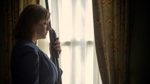Christina Hendricks (Mad Men) forsøker å beskytte familien sin i Dark Places (Foto: SF Norge AS).