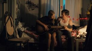 Hilde (Anneli Aune) får gitarleksjon av Thomas (Allan Hyde) i Dryads - Girls Don't Cry (Foto: Last Filmdistribution).