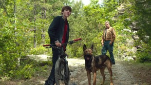 Justin Wincott  (Josh Wiggins), Max og Mr Wincott (Thomas Haden Church) på familietur i skogen.  (Foto: SF Norge)