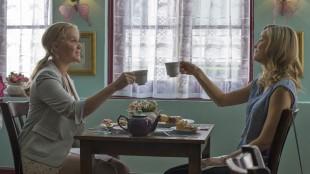 Søstrene Amy (Amy Schumer) og Kim (Brie Larson) har helt ulike syn på parforhold i Trainwreck (Foto: United International Pictures).