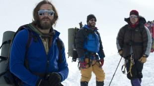 Jake Gyllenhaal, Michael Kelly og Josh Brolin spiller klatrere på vei til topps i Everest (Foto: United International Pictures).