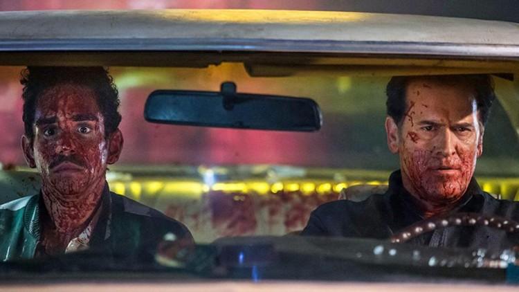 Pablo (Ray Santiago) og Ash (Bruce Campbell) etter en blodig trefning i Ash vs Evil Dead (Foto: Starz).