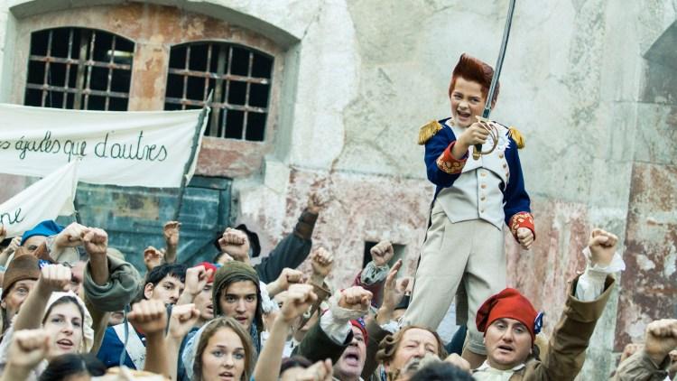 Bulle (Eilif Hellum Noraker) drar sverdet i Doktor Proktors tidsbadekar (Foto: Maipo Film / Nordisk Film Distribusjon AS).