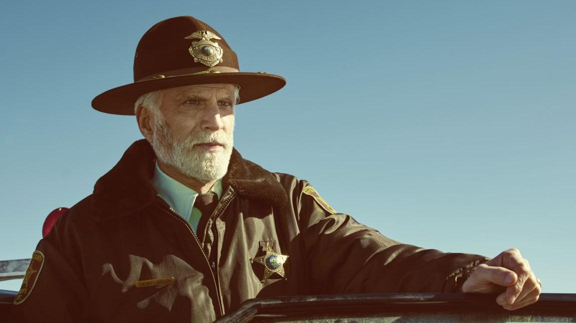 Sheriff Hank Larson spilles svært godt av veteran Ted Danson, som klarer å gi den aldrende politibetjenten nok lunhet og pondus til å stå stødig i møte med storbyens skurker. (Foto: HBO Nordic, FX, MGM)