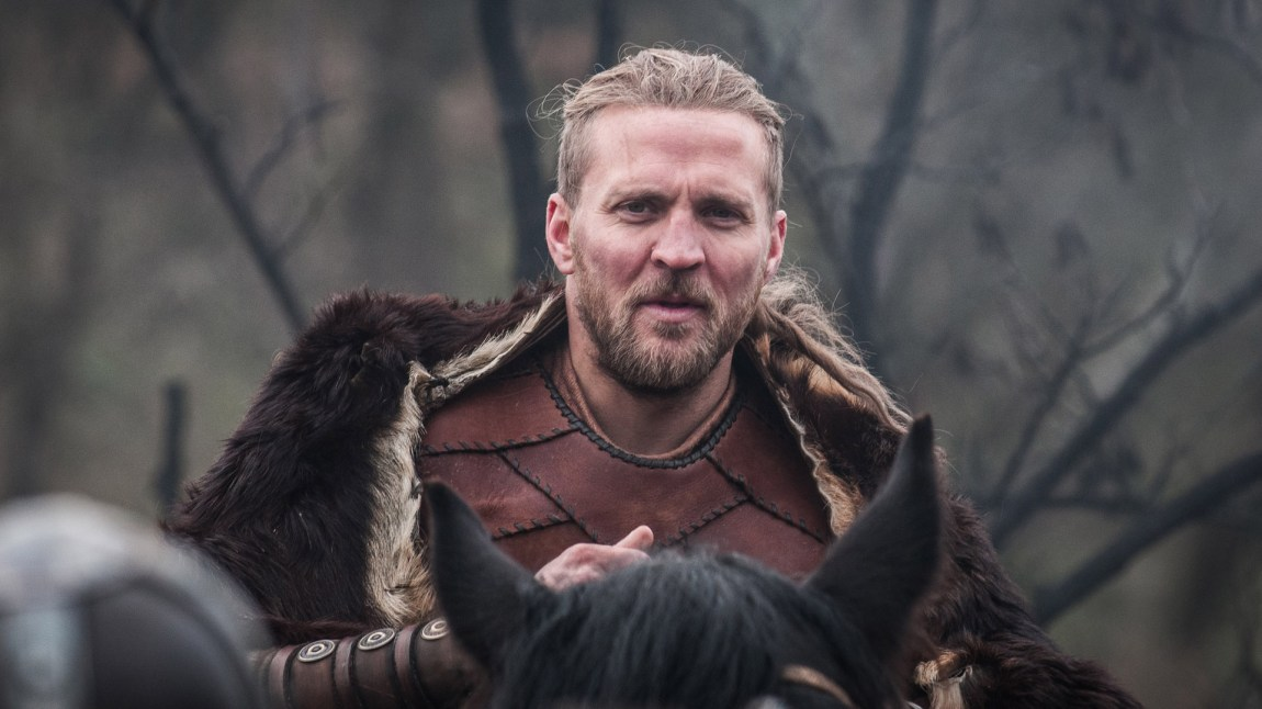 Tobias Santelmann spiller Ragnar Ragnarson, en figur vi forventer vil bli sentral i kampen mellom Wessex og vikinger.  (Foto: NRK, Kata Vermes)