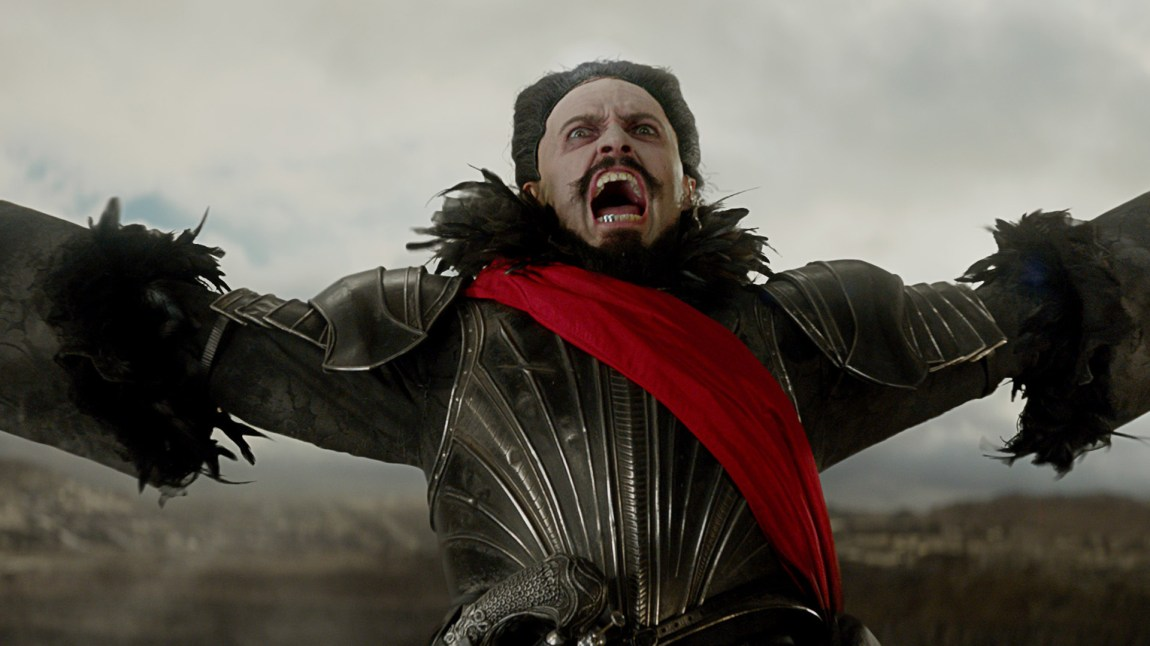 Kaptein Blackbeard (Hugh Jackman) har hørt profetier om en ung flyvende utfordrer, og vil ikke ta sjansen på at Peter skal få leve. (Foto: SF Norge)
